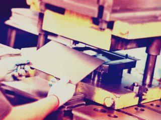 Opération d'équipements de production en pliage de métaux